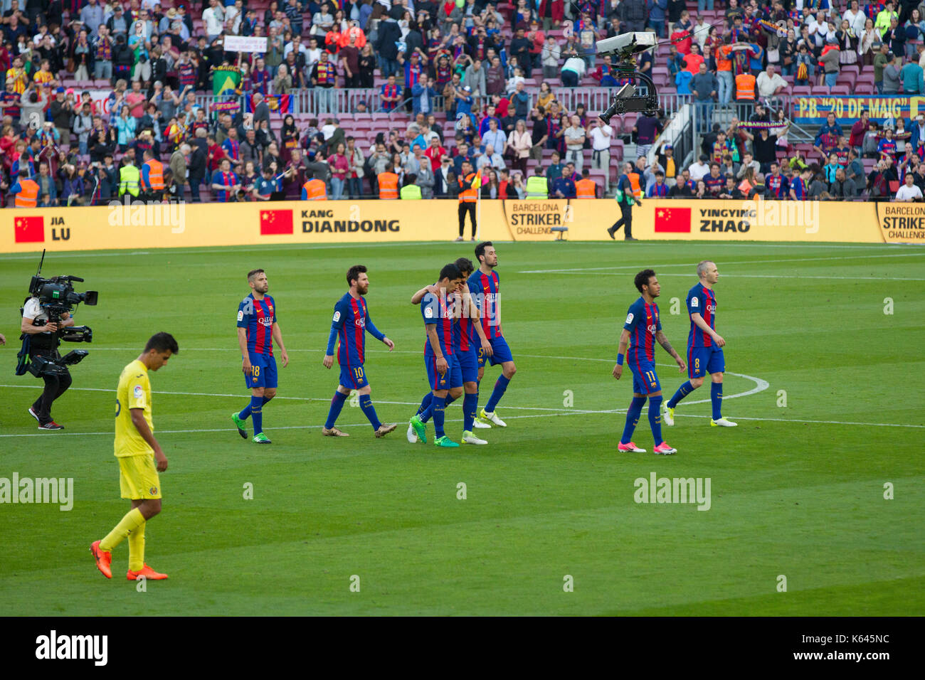 6/5/17 Barcelona v Villarreal football league match at the Camp Nou stadium, Barcelona. Players leaving pitch after match. - Stock Image