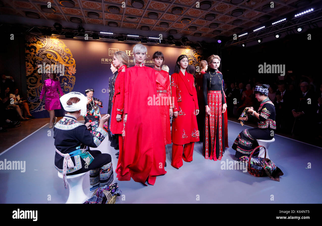 "London, UK. 11th Sep, 2017. Seamstresses and models perform during the ""weaving a dream"" fashion show celebrating Stock Photo"