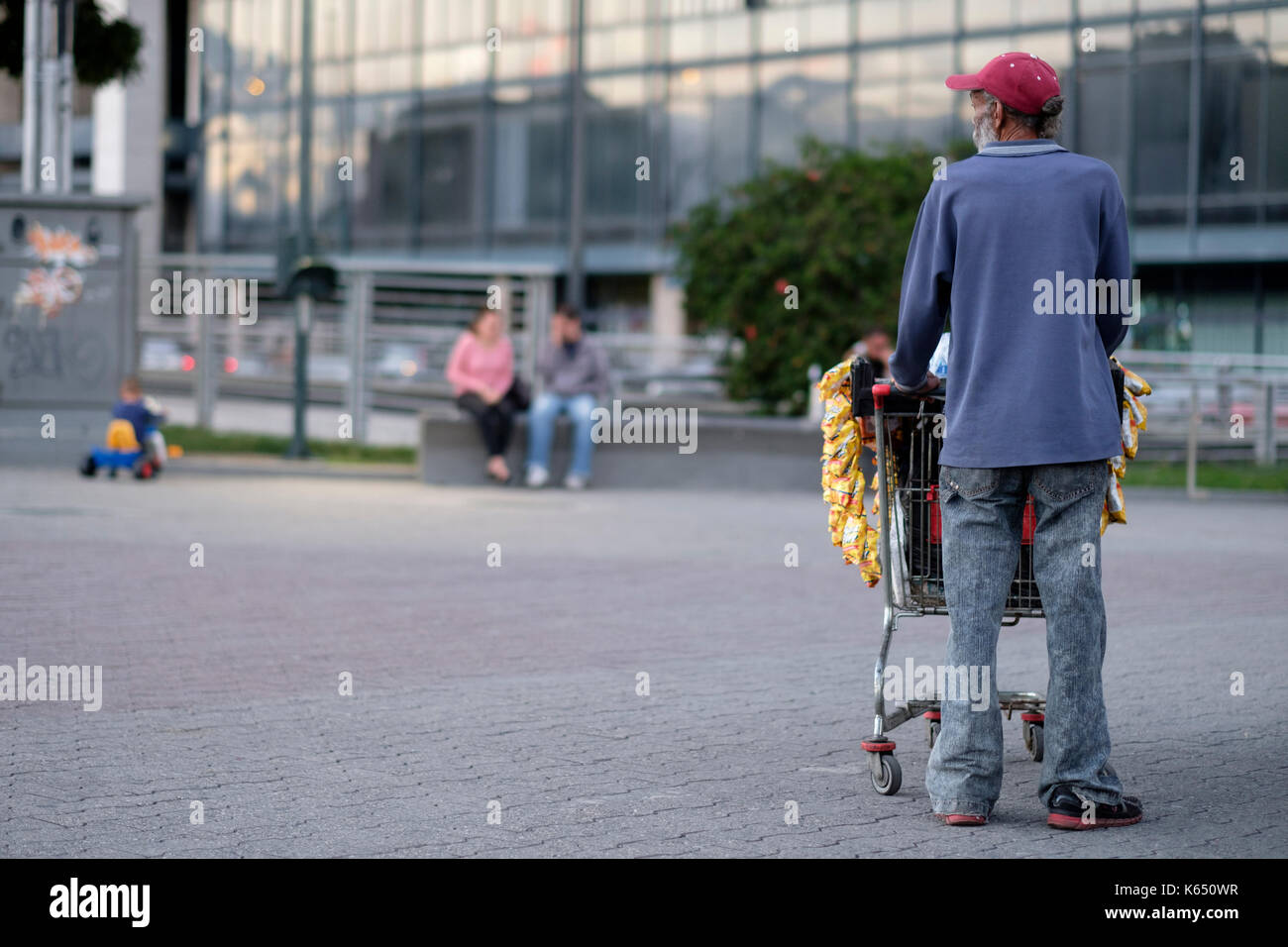 Venezuela, Caracas: street peddler with a cart in Plaza Venezuela square - Stock Image