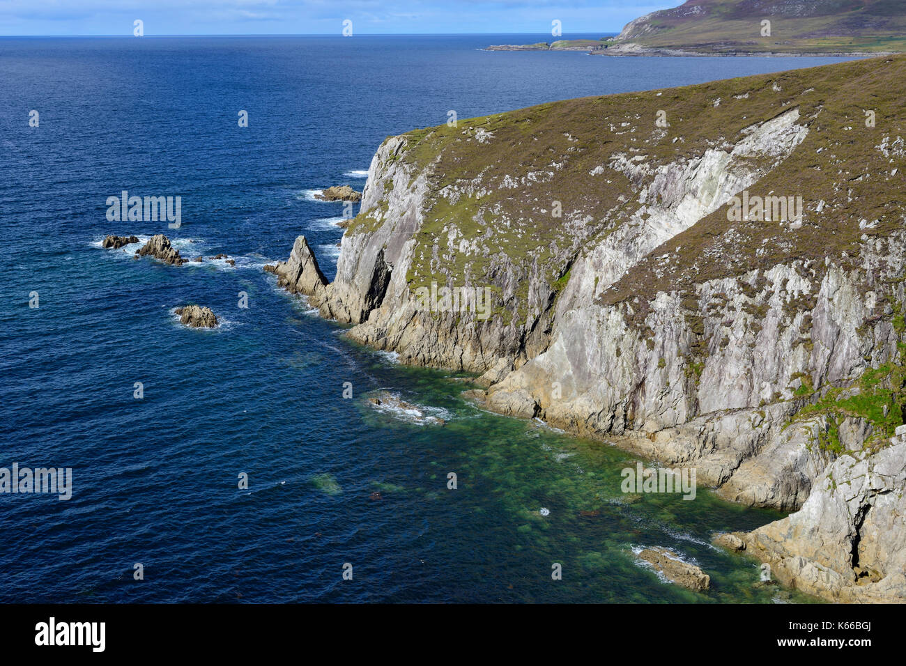 Rugged coastline along Ashleam Bay on Achill Island, County Mayo, Republic of Ireland - Stock Image