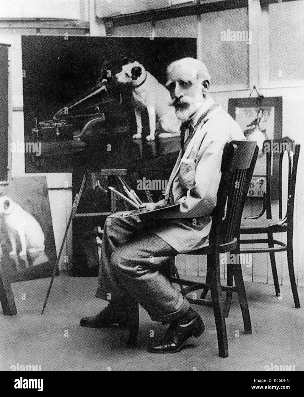 FRANCIS BARRAUD (1856-1924) English artist with a version of His Master's Voice painting which he originally completed in 1899 - Stock Image