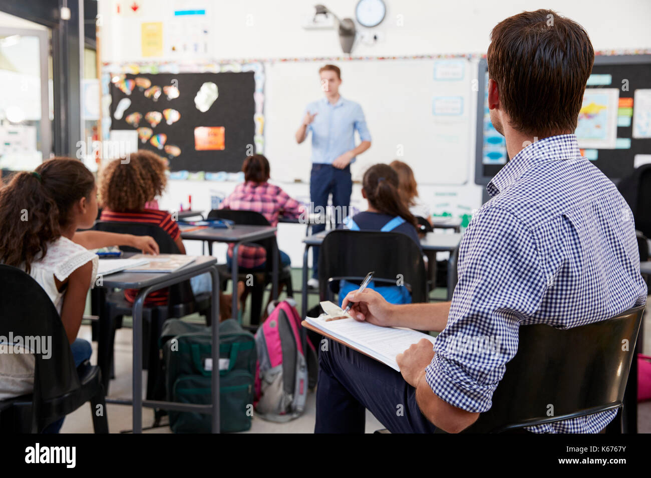 Trainee teacher learning how teach elementary students - Stock Image