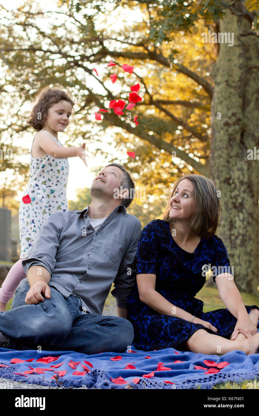 little girl throws roses on her parents - Stock Image