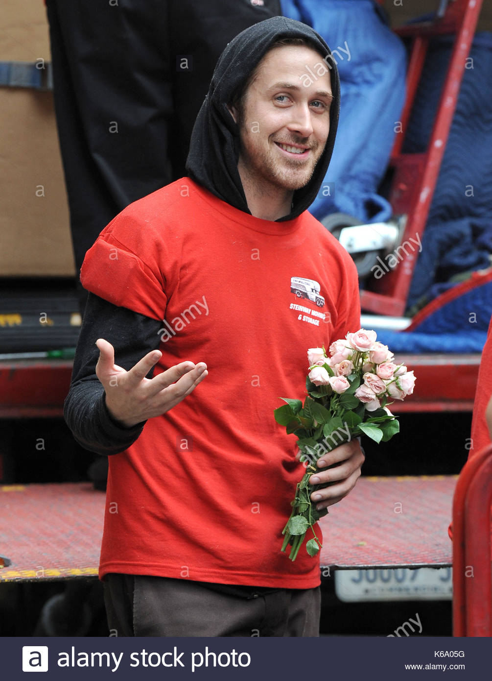 Ryan Gosling. As Ryan Gosling Was Helping His Friend Move Out Of His  Apartment He Got A Nice Surprise From A Fan Who Gave Him Flowers, And In  Return He Gave ...