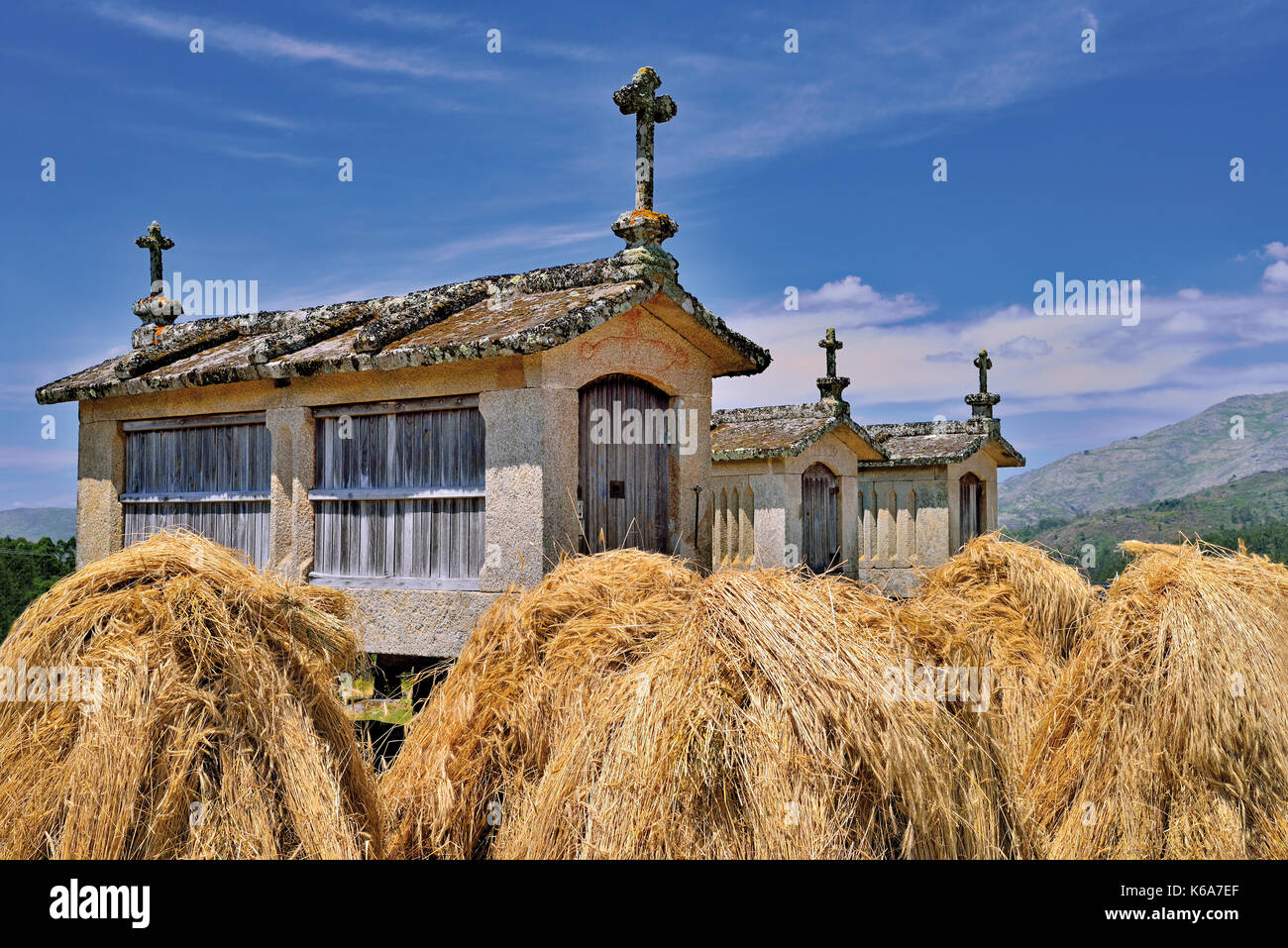 """Portugal, National Park Peneda Geres: Historic corn storages """"espuigueiros""""  with small haystacks Stock Photo"""