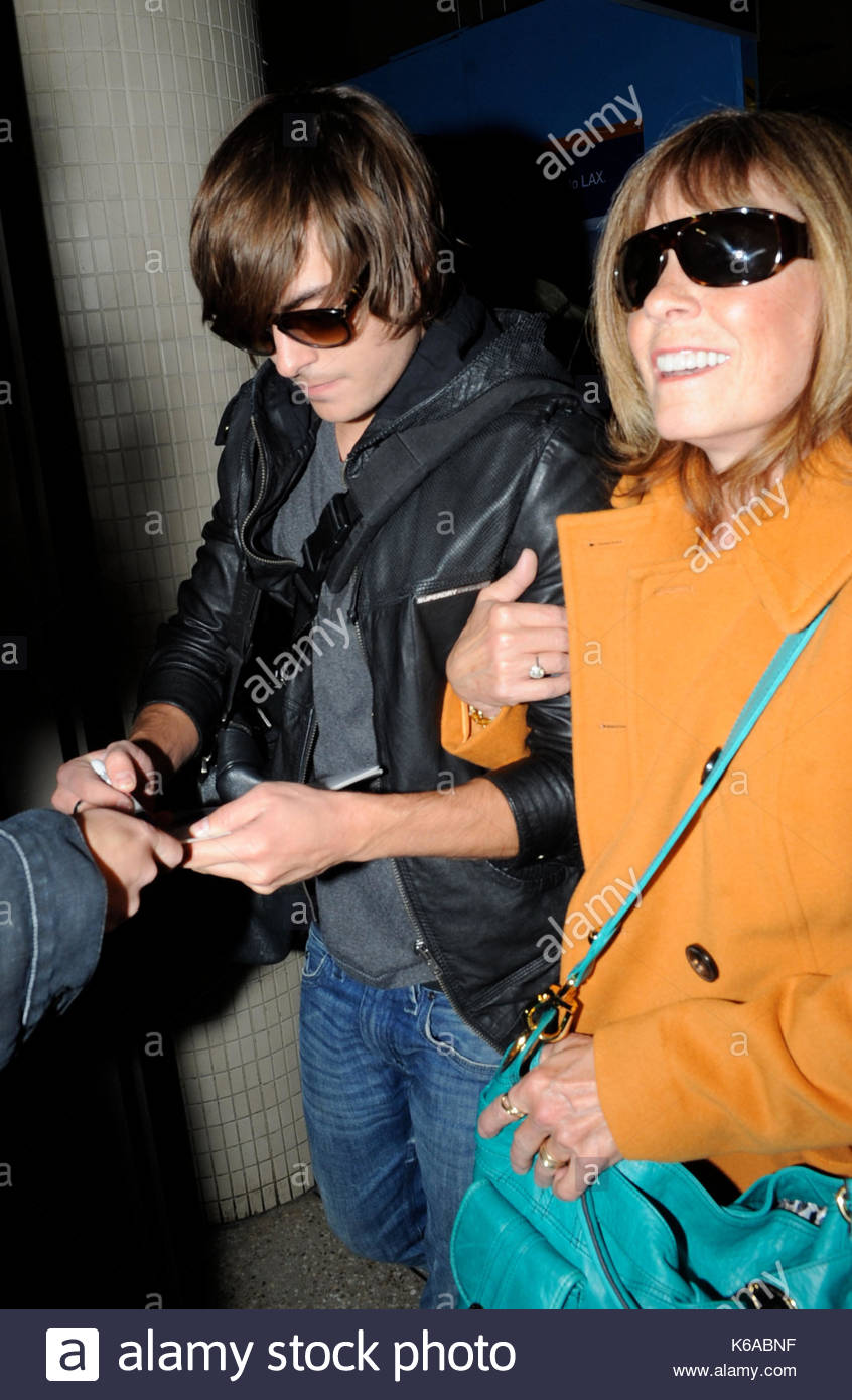 Zac Efron and Starla Baskett. Zac Efron holds on tight to his mum as Stock Photo: 158809995 - Alamy