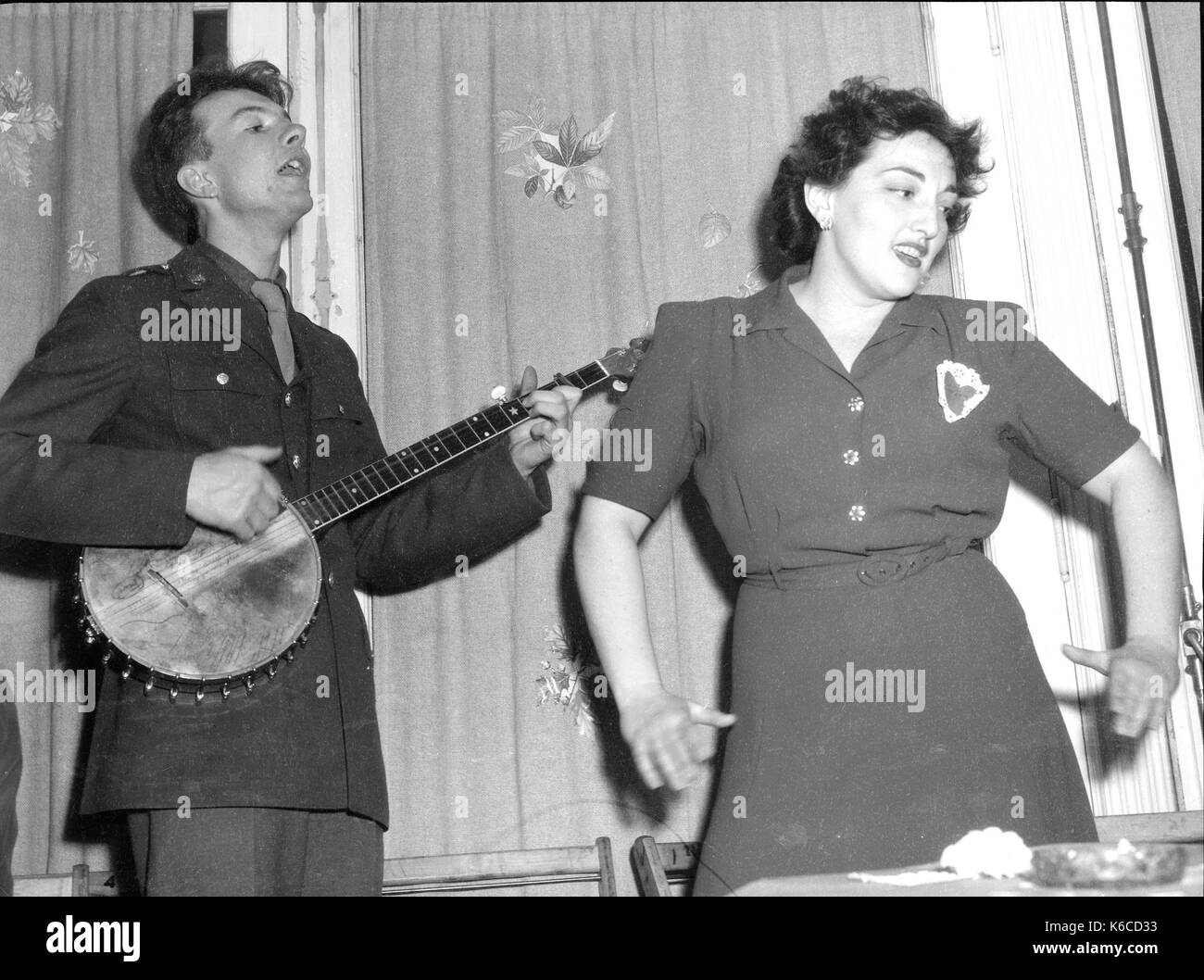 PETE SEEGER (1919-2014) American folk musician at a Valentine's Day party to mark the opening of the Canteen of the United Federal Labor in Washington in 1944 - Stock Image