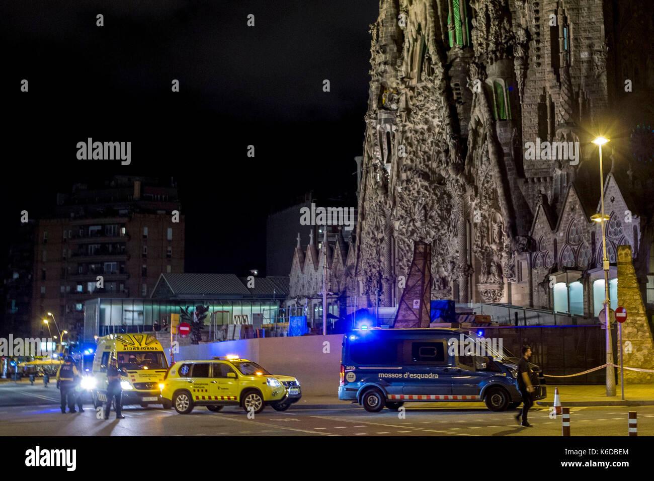 Authorities watch the perimeter of the Sagrada Familia after a terrorist alert in Barcelona, Catalonia, Spain, 12 - Stock Image