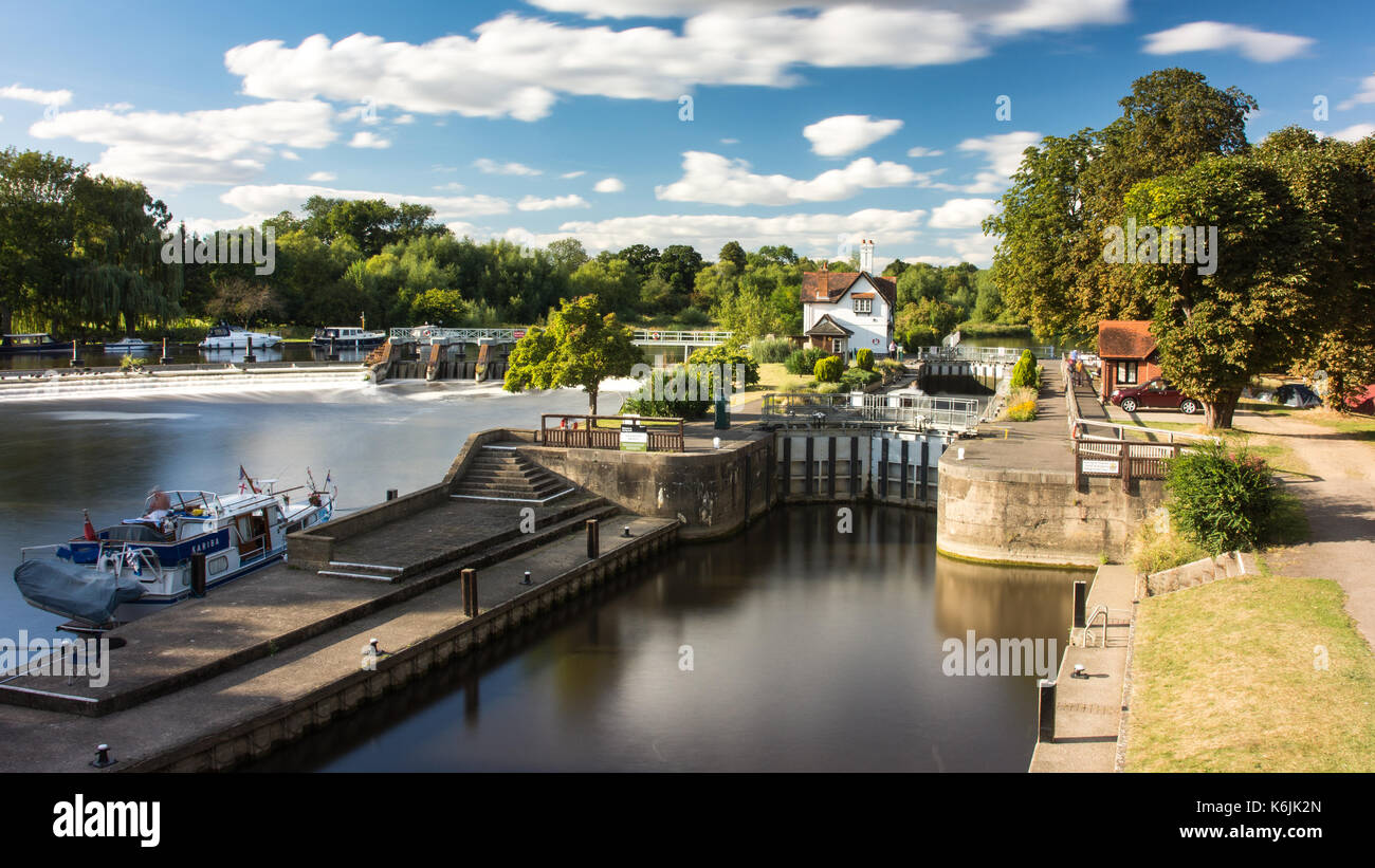 Reading, England, UK - August 29, 2016: The weir and lock on the River Thames at Goring in Berkshire. - Stock Image