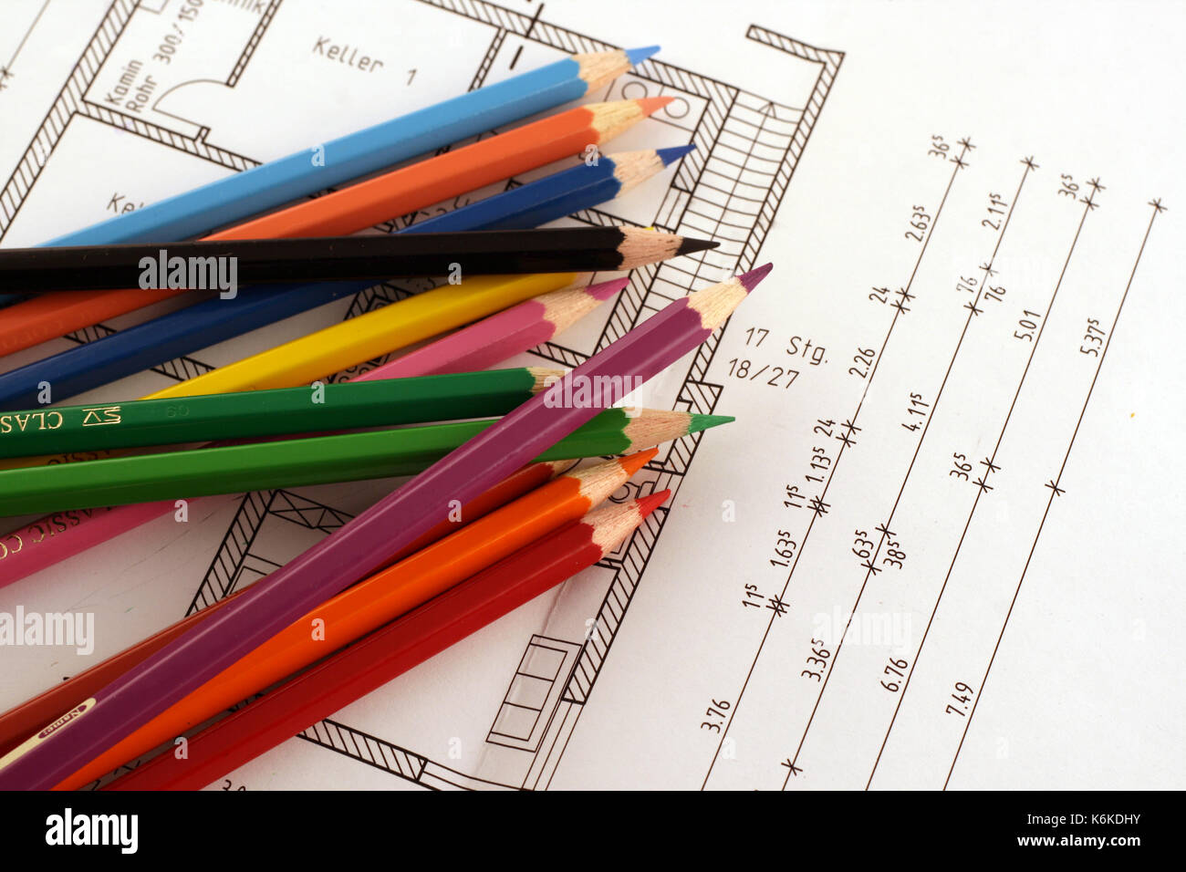Kalkulieren von Baukosten mit Farbstiften Stock Photo