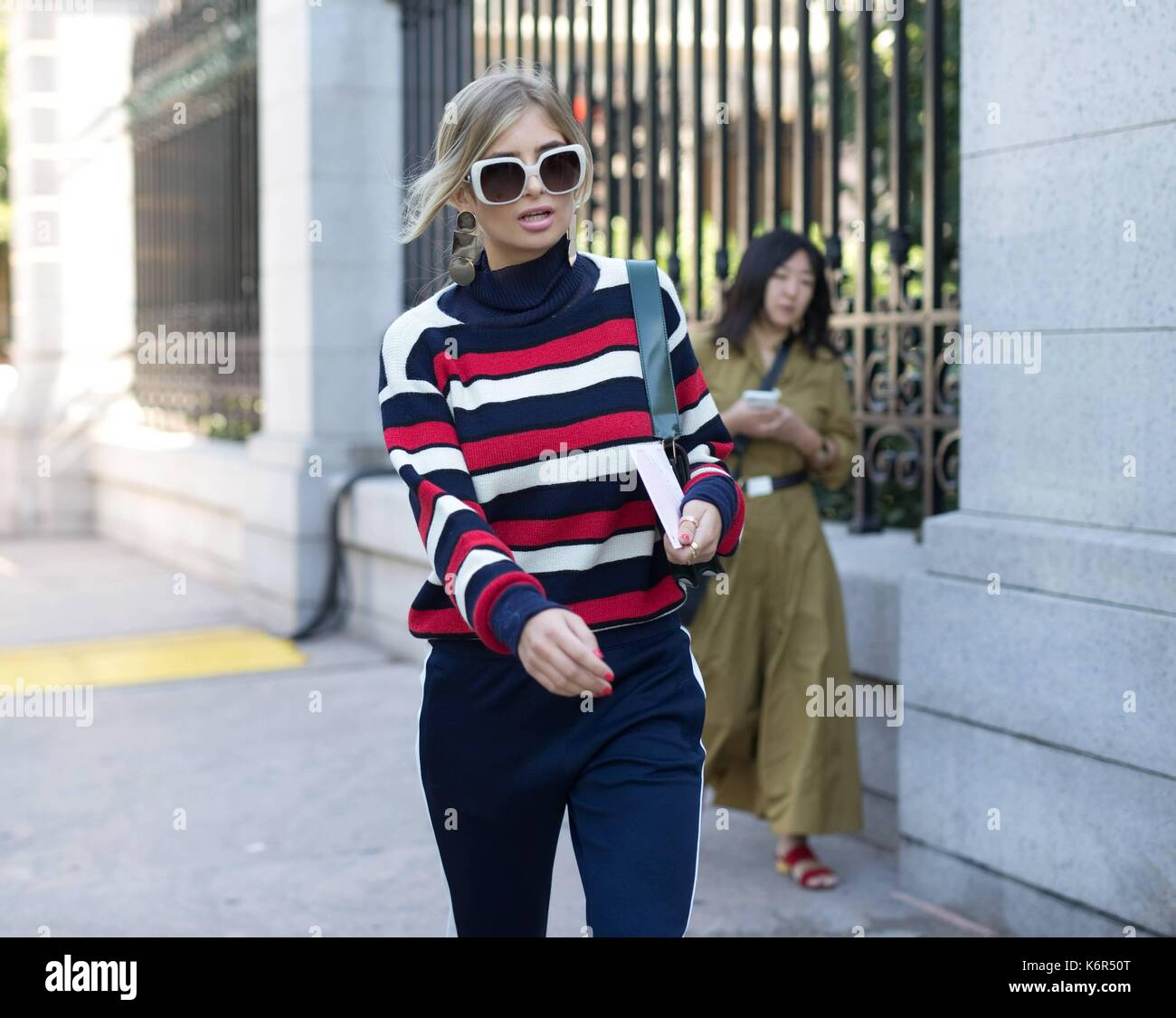 A chic showgoer posing outside of the Tory Burch runway show during New York Fashion Week - Sept 8, 2017 - Photo: Runway Manhattan/Michael Ip ***For Editorial Use Only*** | Verwendung weltweit - Stock Image