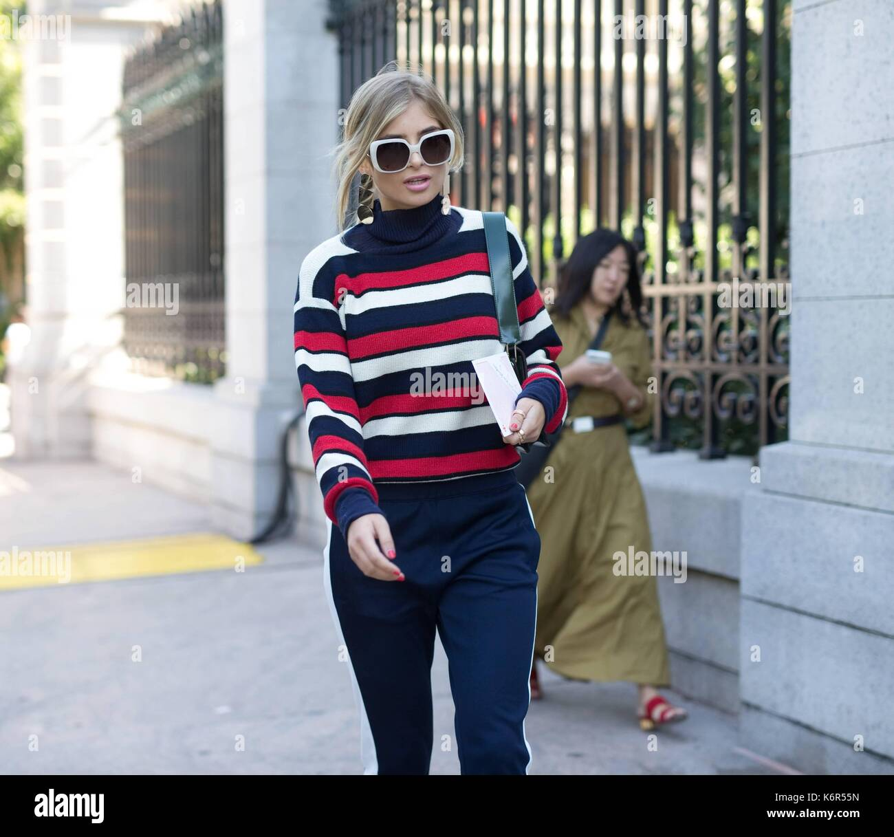 New York City, USA. 08th Sep, 2017. A chic showgoer posing outside of the Tory Burch runway show during New York Fashion Week - Sept 8, 2017 - Photo: Runway Manhattan/Michael Ip ***For Editorial Use Only*** | Verwendung weltweit/dpa/Alamy Live News - Stock Image