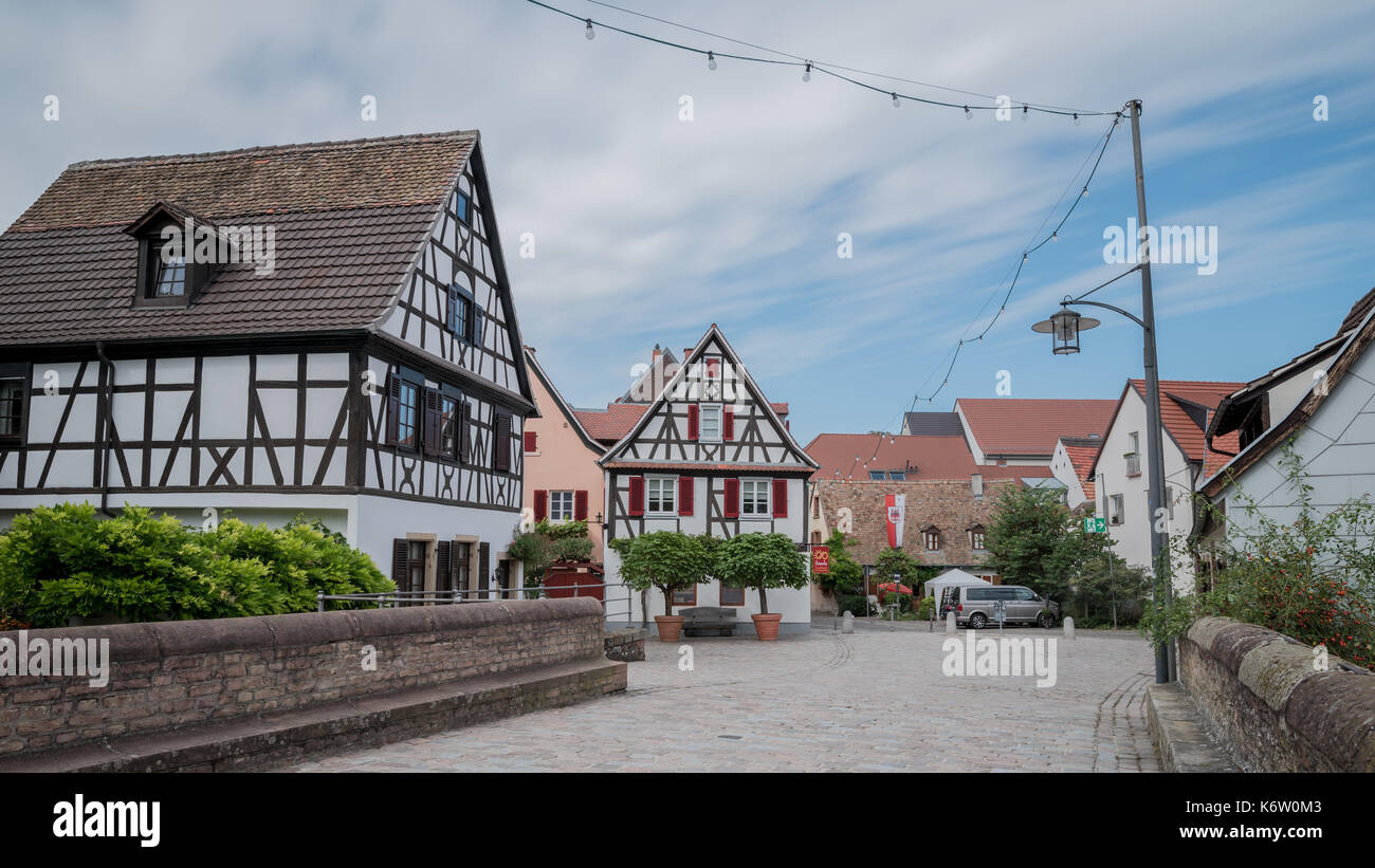 Reisen, Deutschland, Rheinland-Pfalz, Speyer, Innenstadt, September 04. Fachwerkhaus im Vordergund - Stock Image