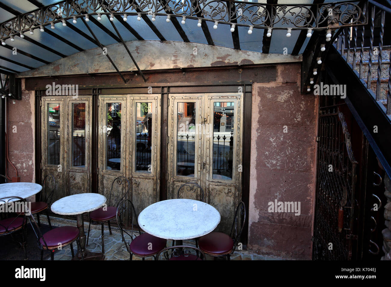 Empty sidewalk cafe in New York City - Stock Image