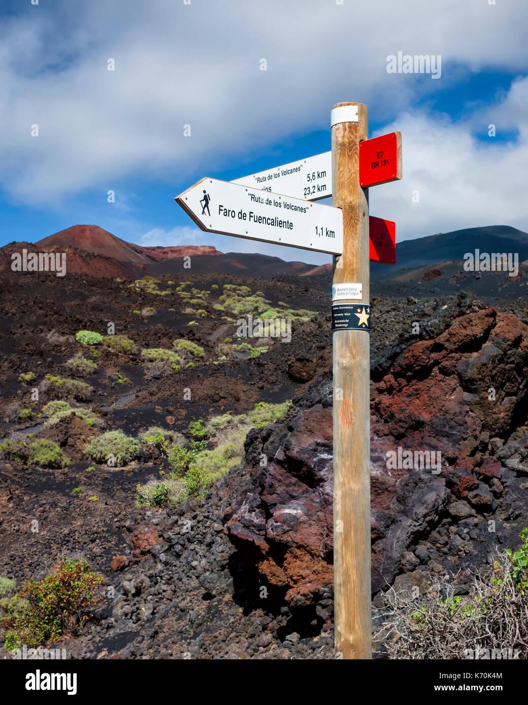 Los Volcanes de Teneguía, Cumbre Vieja. La Palma.  National Park sign post E7, GR131, showing the 'Ruta de los Volcanes' and 'Ruta de los Volcanes' for hikers on one of the red routes. - Stock Image