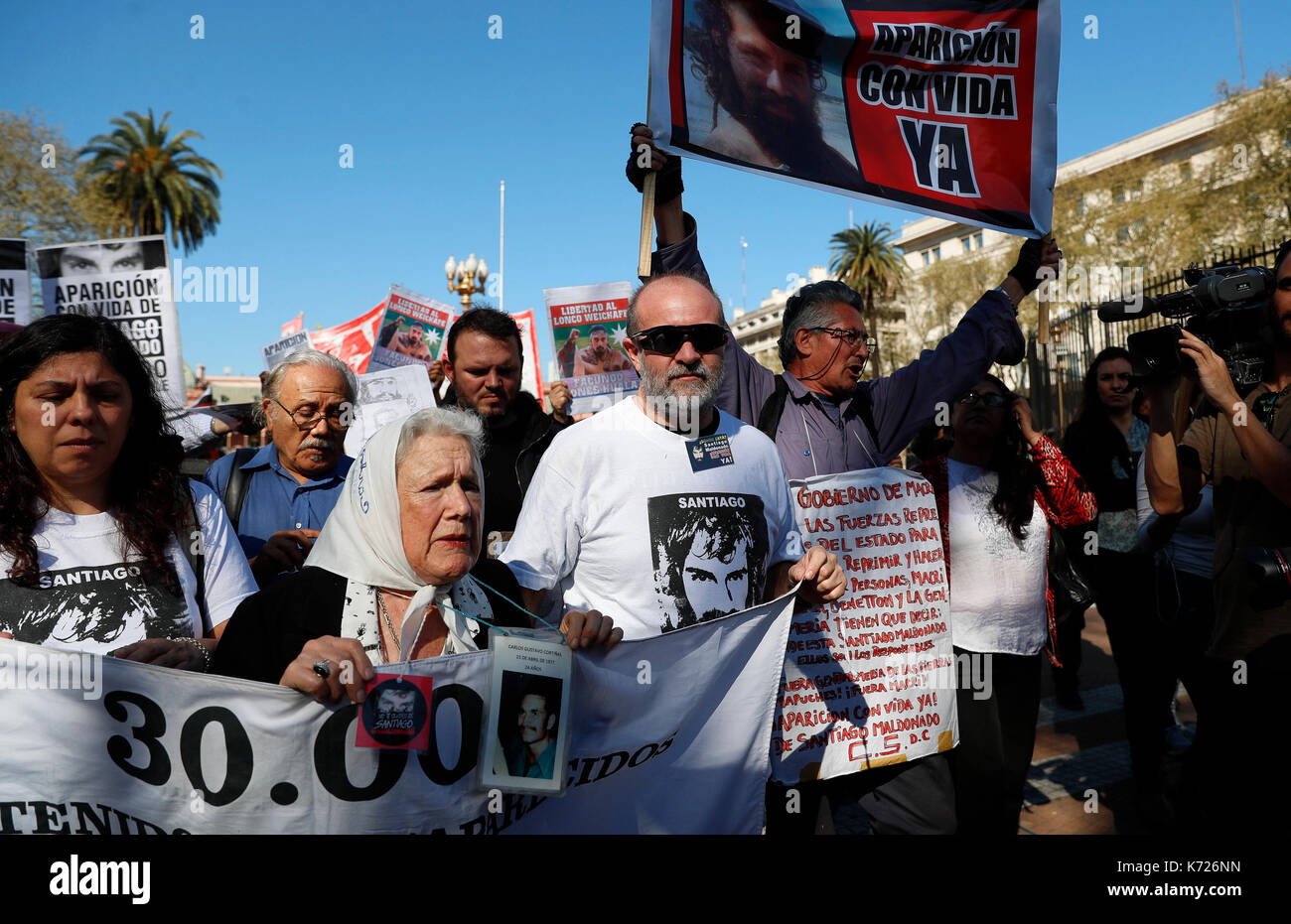 Sergio Maldonado (C-R) brother of young activist Santiago Maldonado, and Nora Cortinas (C-L) member of Mothers of the May Square Founding Line, participate in the traditional weekly protest against forced disappearance in Buenos Aires, Argentina, 14 September 2017. The news that the young artisan who protested for the 'mapuches' went missing got out a month ago. EFE/David Fernandez - Stock Image