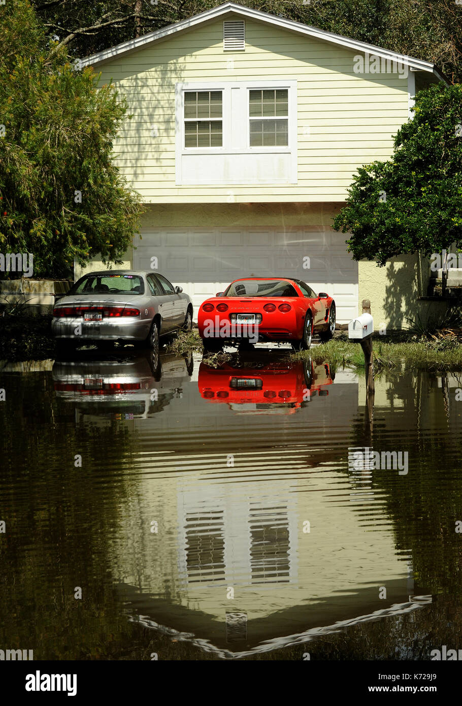 Altamonte Springs, United States. 14th Sep, 2017. September 14, 2017- Altamonte Springs, Florida, United States - A home and cars are seen reflected in flood waters in the street in the Spring Oaks neighborhood of Altamonte Springs, Florida on September 14, 2017. Emergency workers used boats and trucks to rescue more than 50 residents on September 11, 2017 when water from the nearby Little Wekiva River swamped their homes in the wake of Hurricane Irma. Credit: Paul Hennessy/Alamy Live News - Stock Image