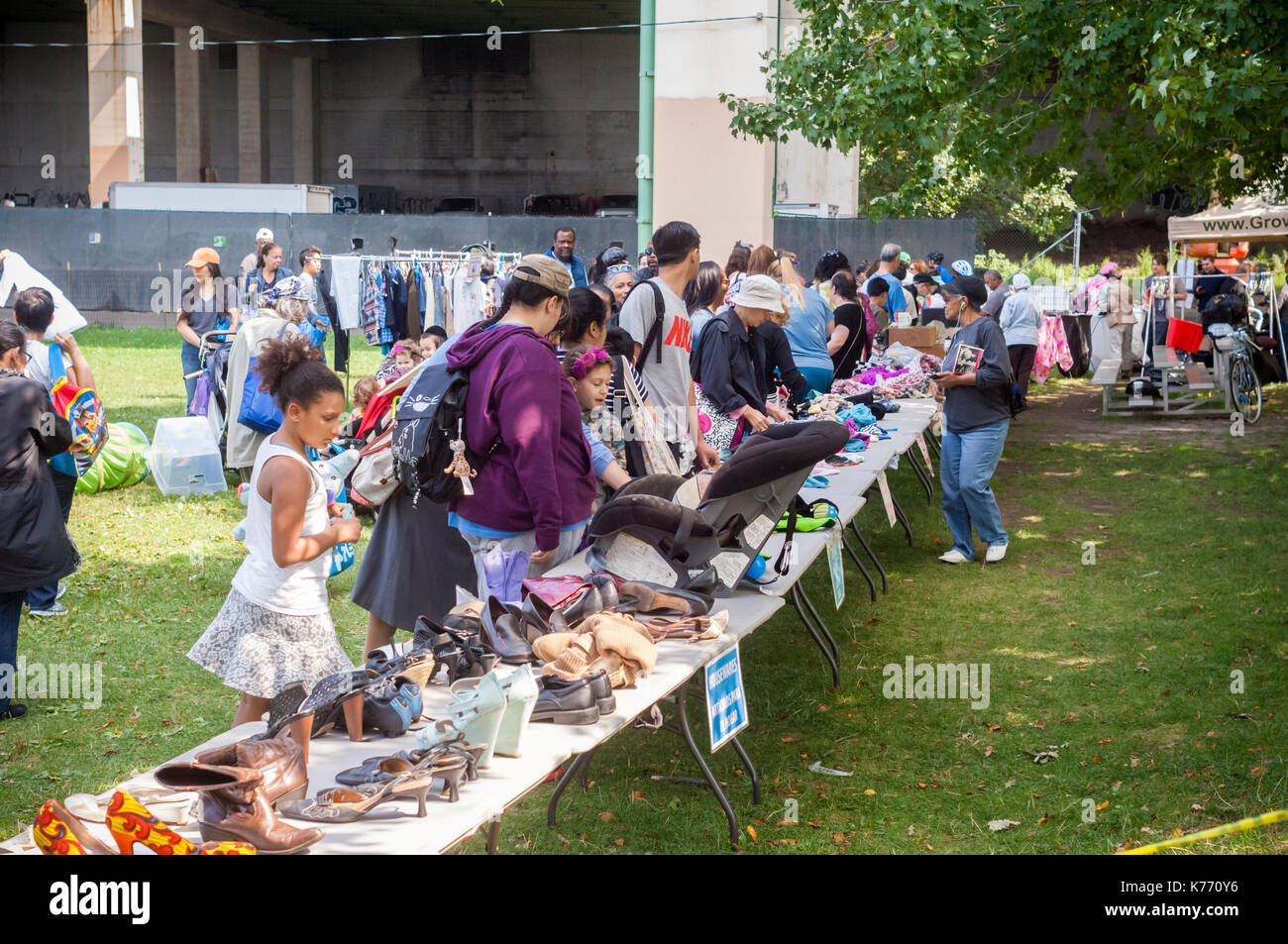 Thrifty shoppers at a free Stop 'N' Swap event in Riverside Park in New York on Sunday, September 10, 2017. GrowNYC's Office of Recycling Outreach and Education sponsored the free event where people can trade reusable, unwanted belongings in exchange for items left by others on a first come, first serve basis.  (© Frances M. Roberts) - Stock Image