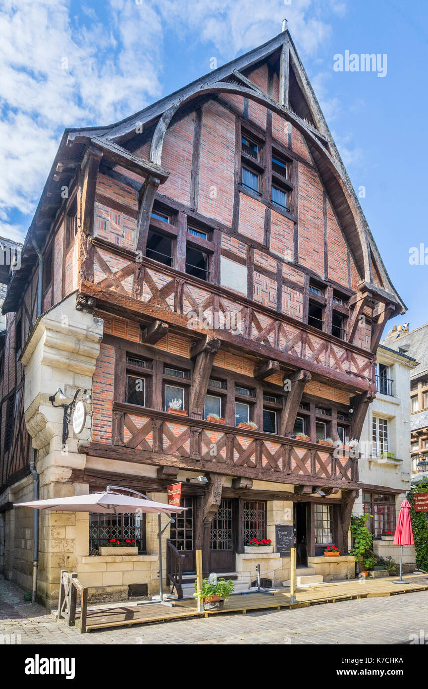 France, Centre-Val de Loire, Touraine, Chinon, medieval half-timbered house La Maison Rouge at Rue Voltaire - Stock Image