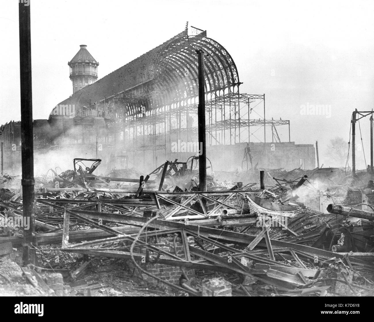 Photo Must Be Credited ©Alpha Press 050000 01/12/1936 The Crystal Palace on fire at Sydenham in South London. - Stock Image