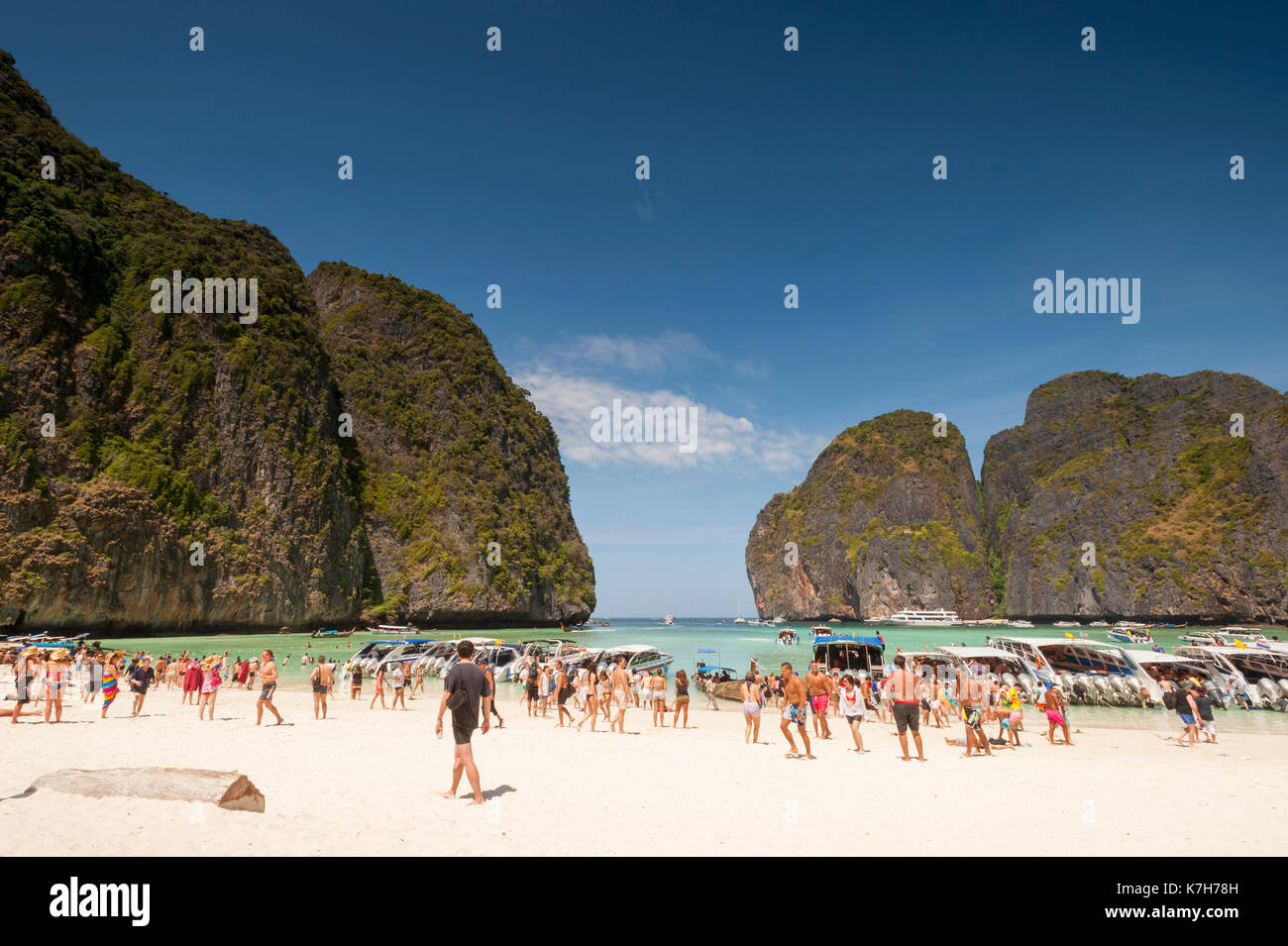 Tourists at Maya Bay, Ko Phi Phi Lee Island, Thailand. - Stock Image