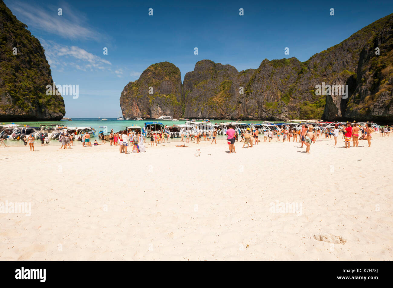 Tourists at Maya Bay, Ko Phi Phi Lee Island, Thailand. - Stock Image