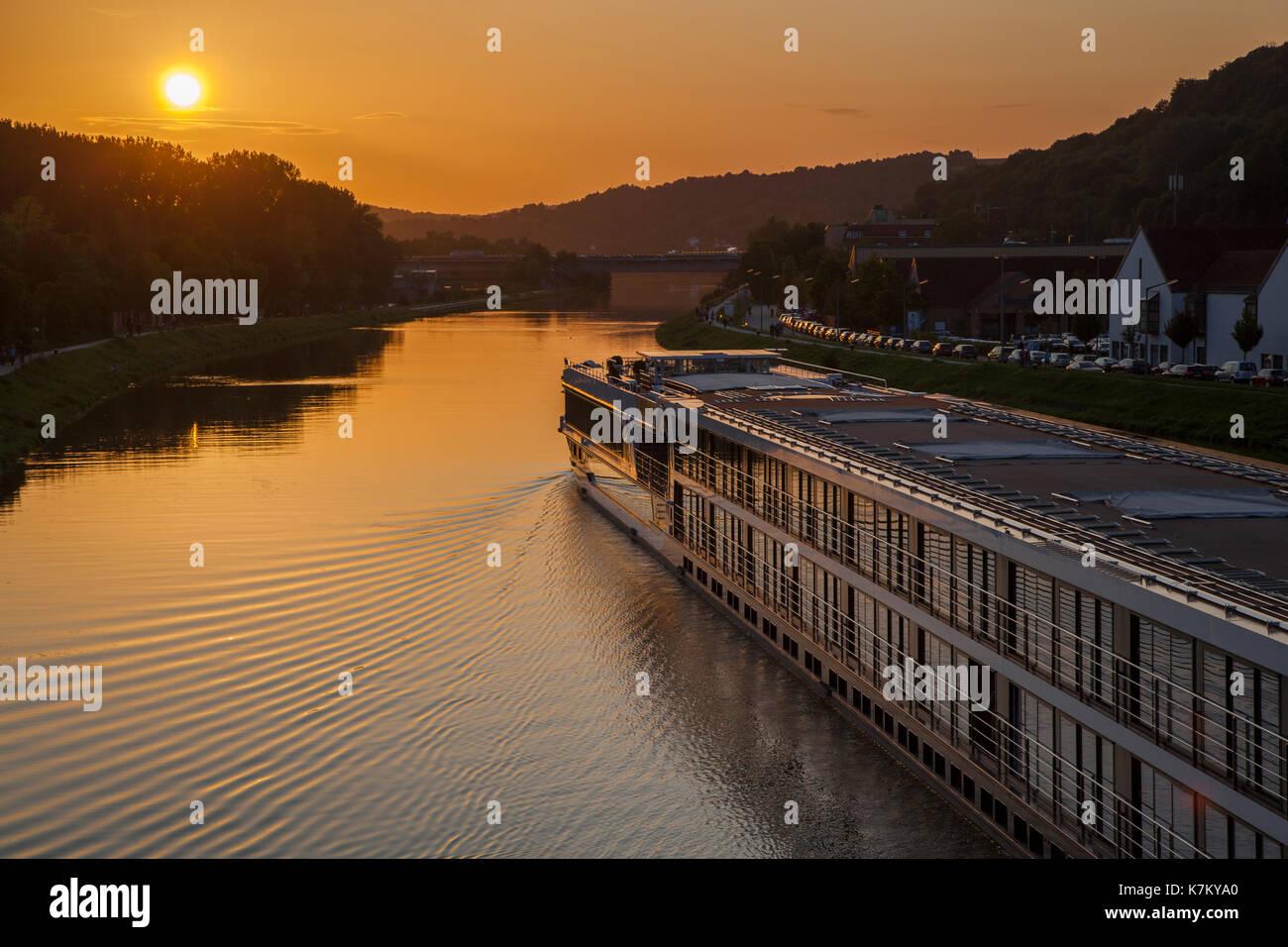 Flusskreuzfahrtschiff auf der Donau in Regensburg, Deutschland Stock Photo