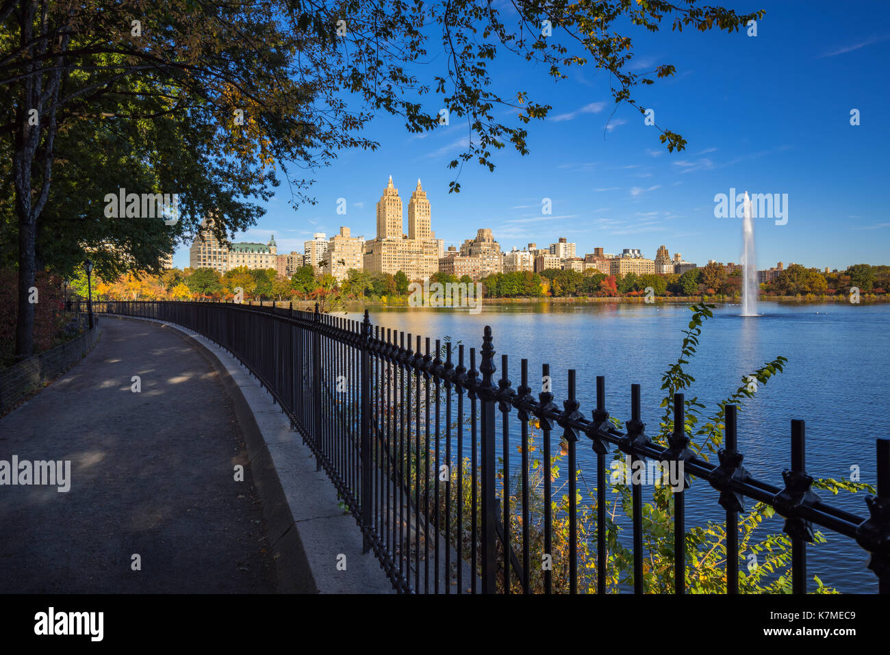 Fountain of the Central Park Reservoir in Fall. Manhattan, New York City Stock Photo