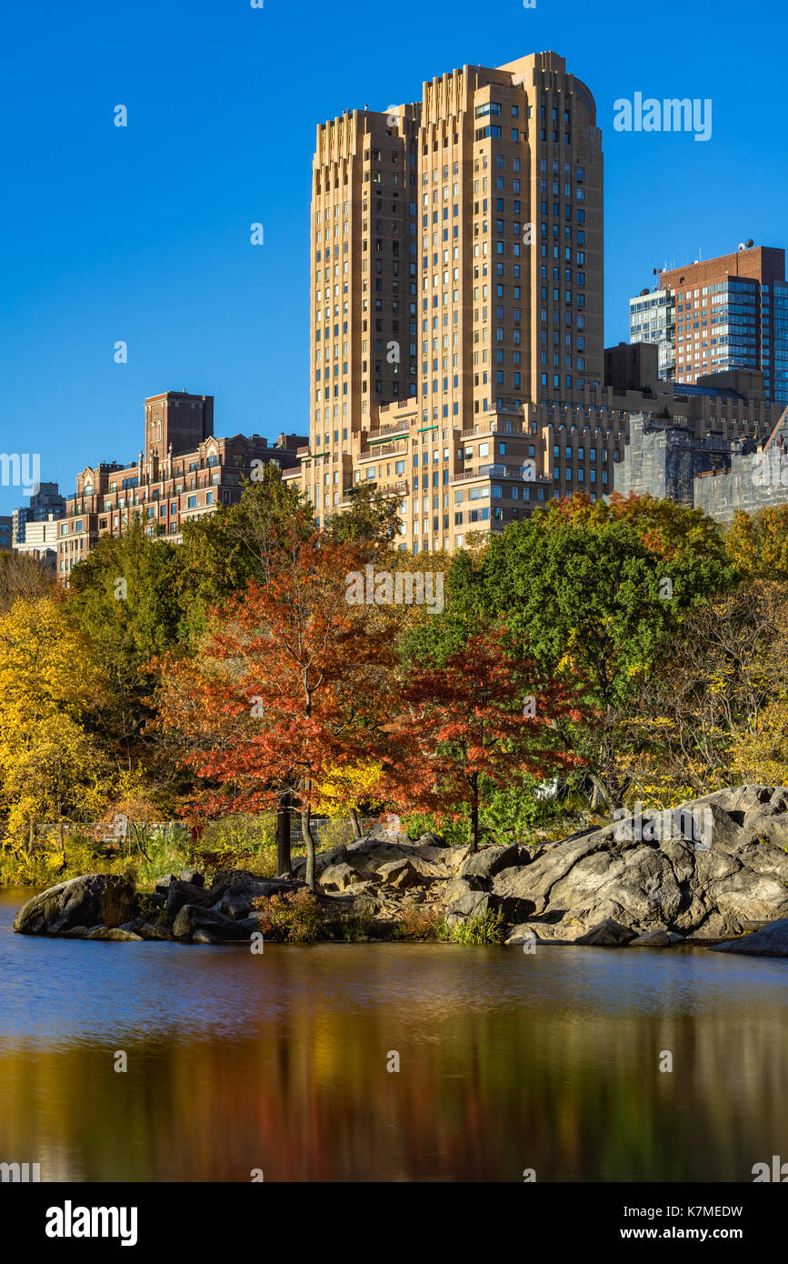 The Majestic building on Upper West Side and the Lake in Central Park in Fall. Manhattan, New York City - Stock Image