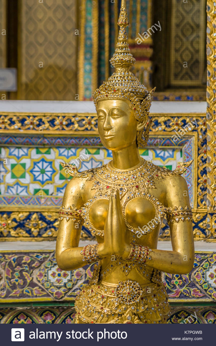 Golden Thai Kinnaree Sculpture, half human half bird,at the Grand Palace, Thailand | Goldene Thai Skulptur im Grand Palace, Thailand - Stock Image