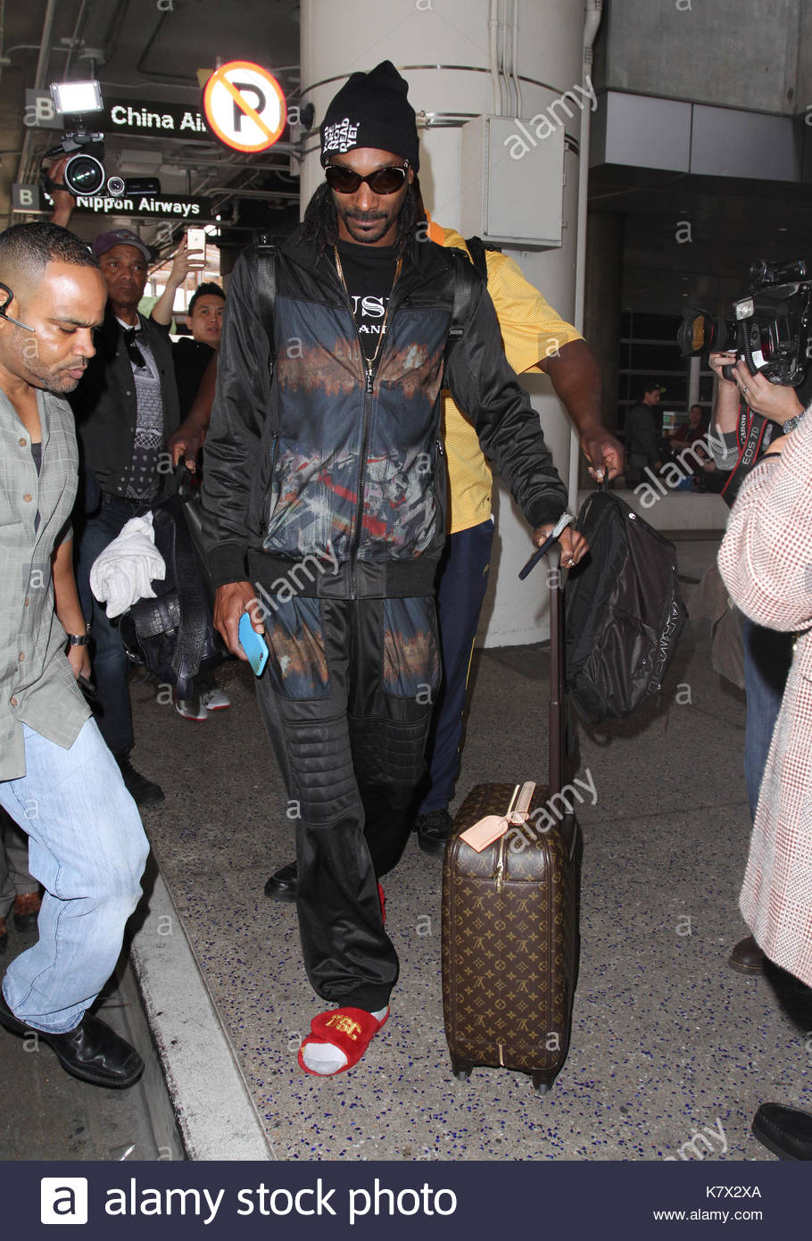snoop dogg. snoop dogg and his huge bodyguard spotted flying into