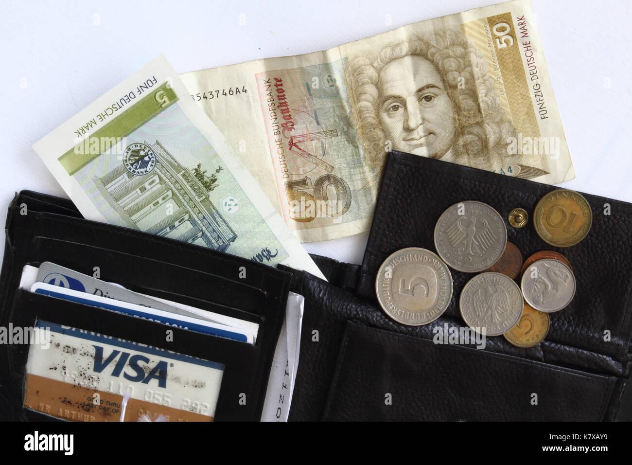 schwarze Geldbörse mit D-Mark (Scheine 5 und 50, Münzen), und Visa-Karte; black purse with Deutschmark in notes and coins - Stock Image