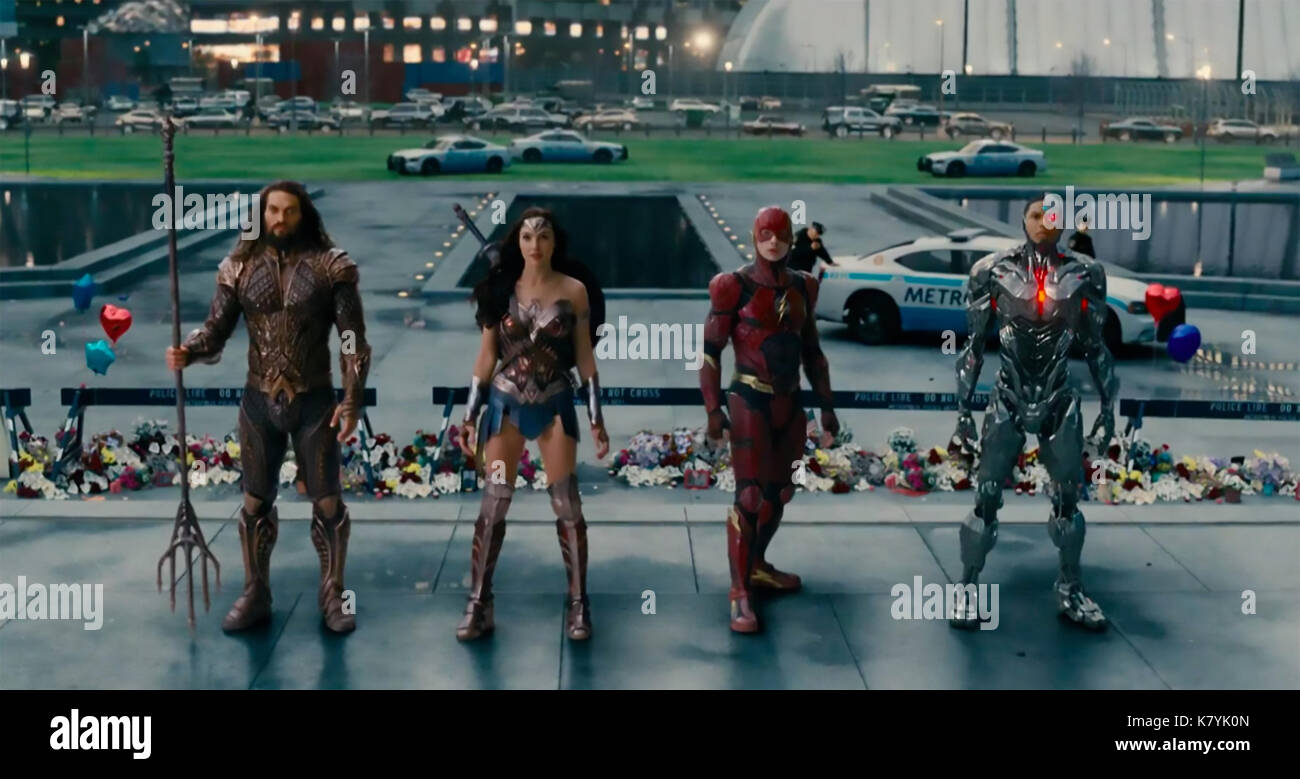 JUSTICE LEAGUE 2017 DC Comics film with from left Jason Momoa, Gal Gadot, Ezra Miller, Ray Fisher - Stock Image