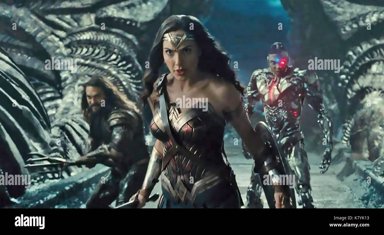JUSTICE LEAGUE 2017 DC Comics film with from left Jason Momoa, Gal Gadot,Ray Fisher - Stock Image