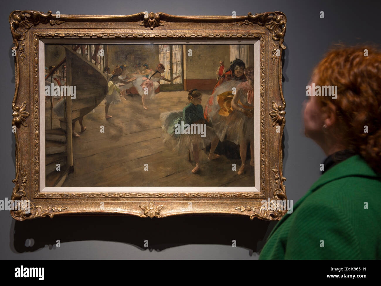 National Gallery, London, UK. 18th Sep, 2017. Degas artworks from the Burrell Collection in Glasgow go on display at the National Gallery from 20 September 2017 - 7 May 2018. Shipping magnate Sir William Burrell gifted his large collection of art, including one of the finest collections of Degas pastels in the world, to the City of Glasgow in 1944. Photograph: A member of gallery staff views The Rehearsal, about 1874. The Burrell Collection, Glasgow. Glasgow Museums Collection. Credit: Malcolm Park/Alamy Live News. - Stock Image