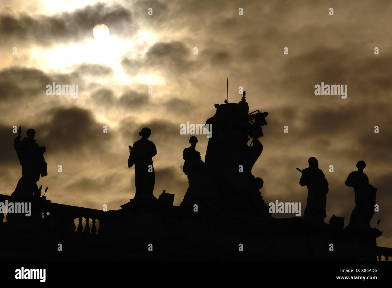Vatican city. Great colonnade of Saint Peter square, by Bernini, 17th century. Detail. Sculptures. Backlighting. - Stock Image
