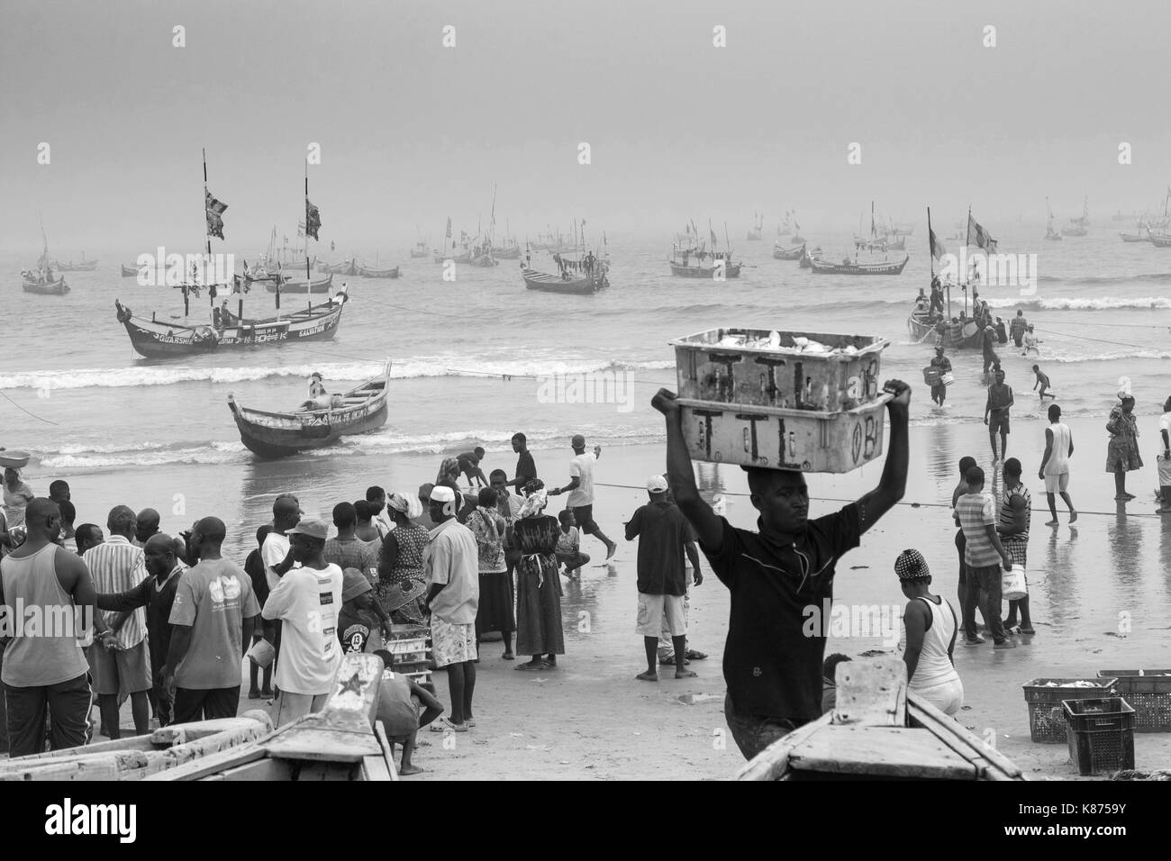 Ghana, Accra - December 28, 2016: Fishermen return with shore ships after the morning fishing in jamestown port in Accra, Ghana - Stock Image