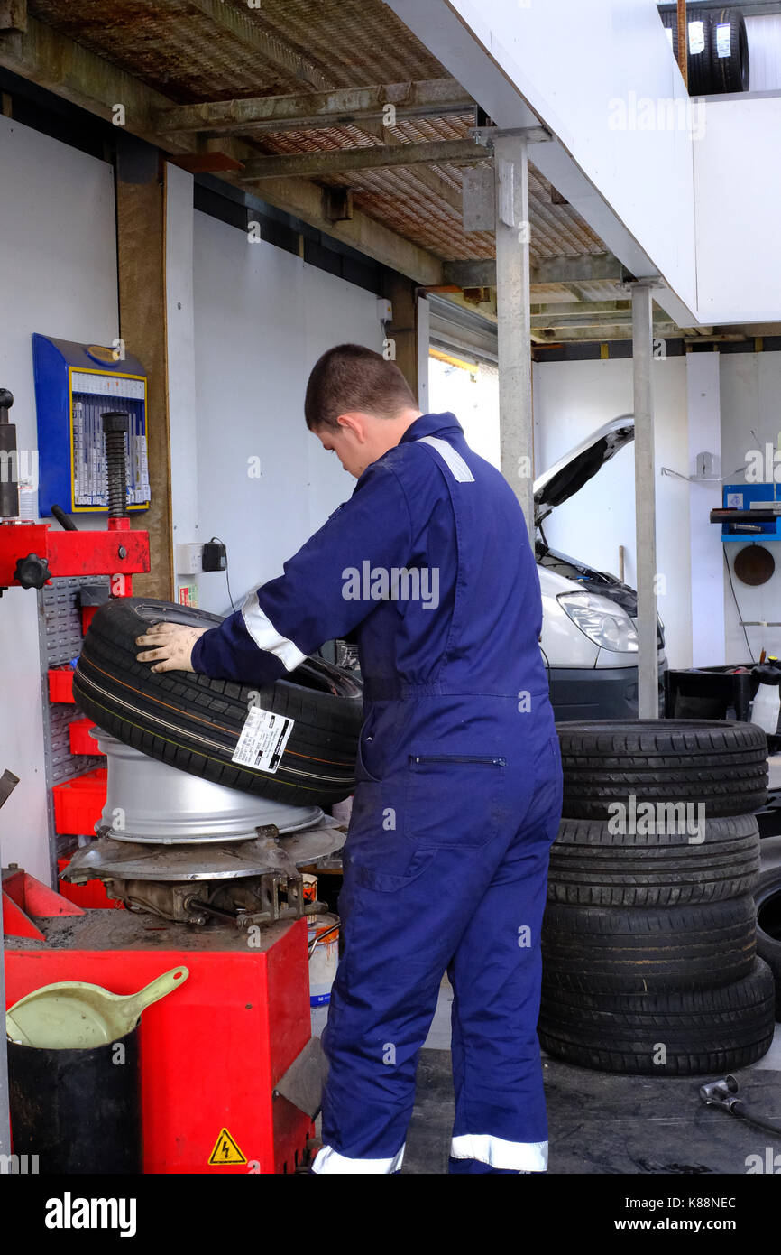 Mechanic changing a flat tyre - Stock Image