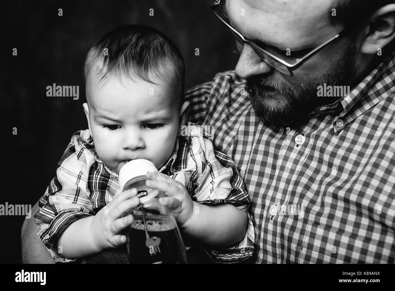 balck and white family portait father and baby boy - Stock Image