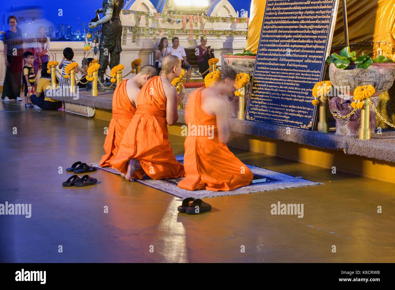 Monks praying at Wat Saket (The Golden Mount) in Bangkok, Thailand - Stock Image