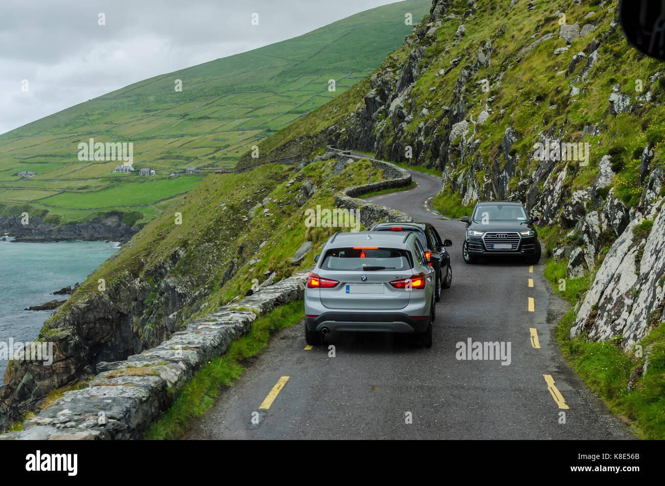 Ireland, oncoming traffic on K?stenstrasse of the peninsula Dingle, Irland, Gegenverkehr auf der Küstenstrasse - Stock Image