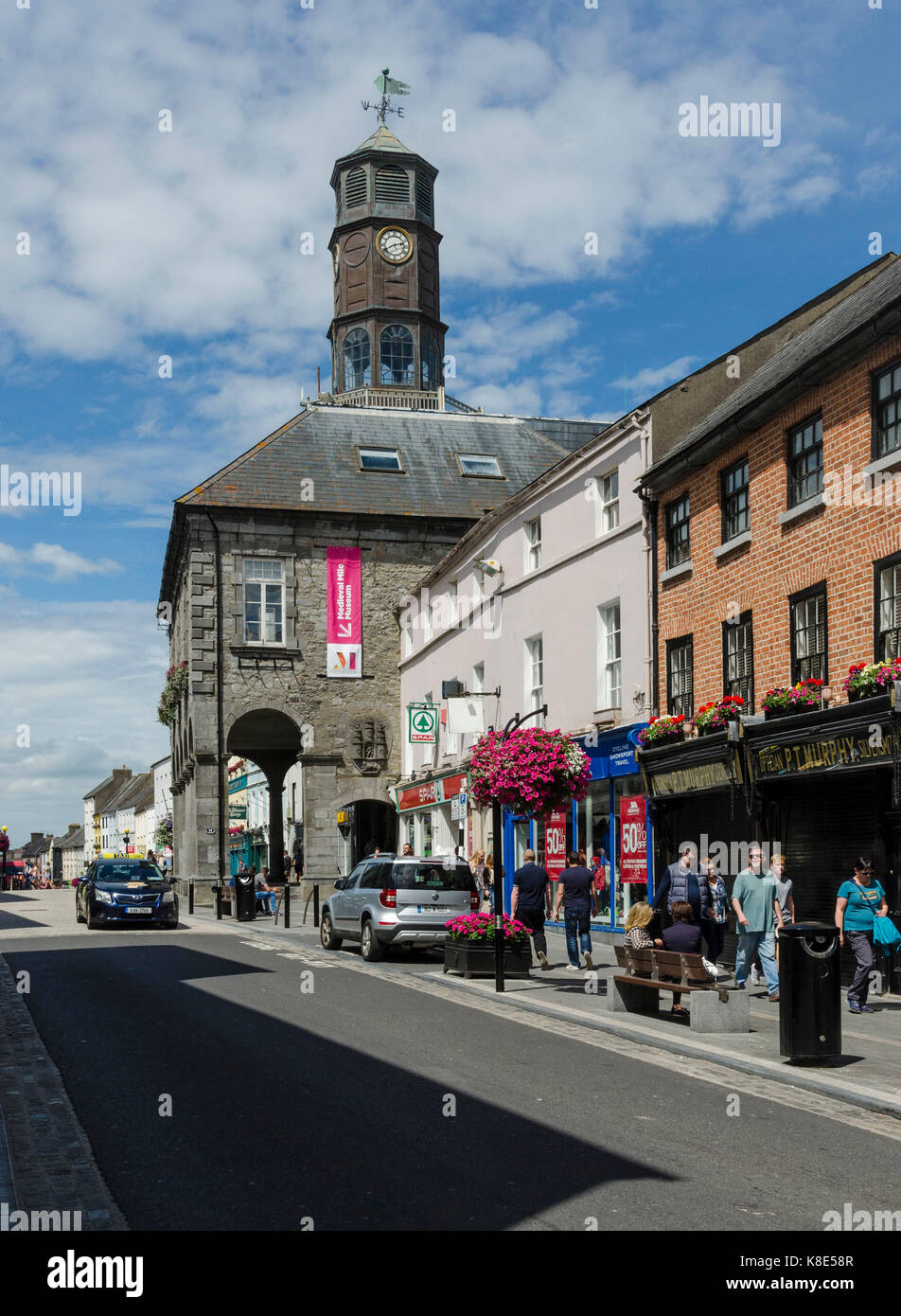 Ireland, Kilkenny, High Street with city hall The Tholsel, Irland, High Street mit Rathaus The Tholsel Stock Photo