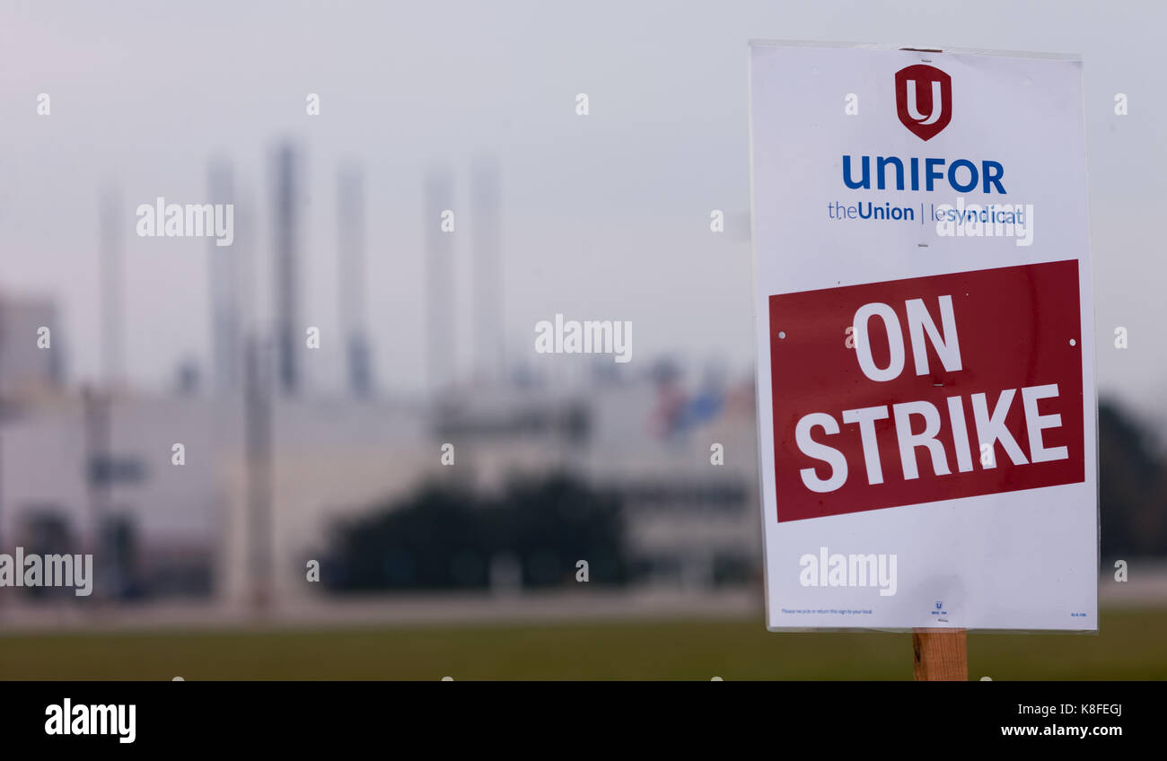 Ingersoll, Ontario, Canada. 19th Sep, 2017. Signs from Unifor local 88 in Ingersoll ON., on Sept., 19, 2017. The - Stock Image