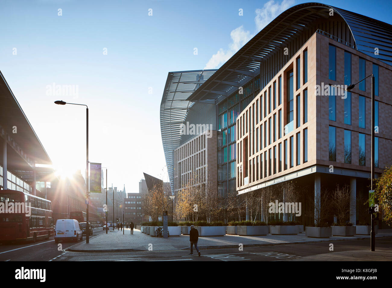 Angled view of front elevation into sun. Francis Crick Institute, London, United Kingdom. Architect: HOK International - Stock Image