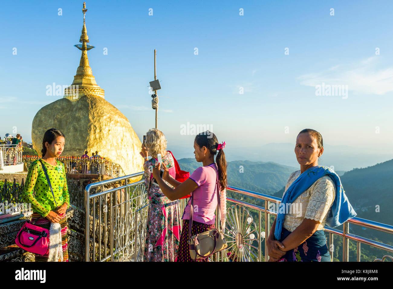 Myanmar (ex Birmanie).  Kyaiktiyo. Etat Mon. Site sacré du rocher d'or. Pélerins birmane se photographiant - Stock Image