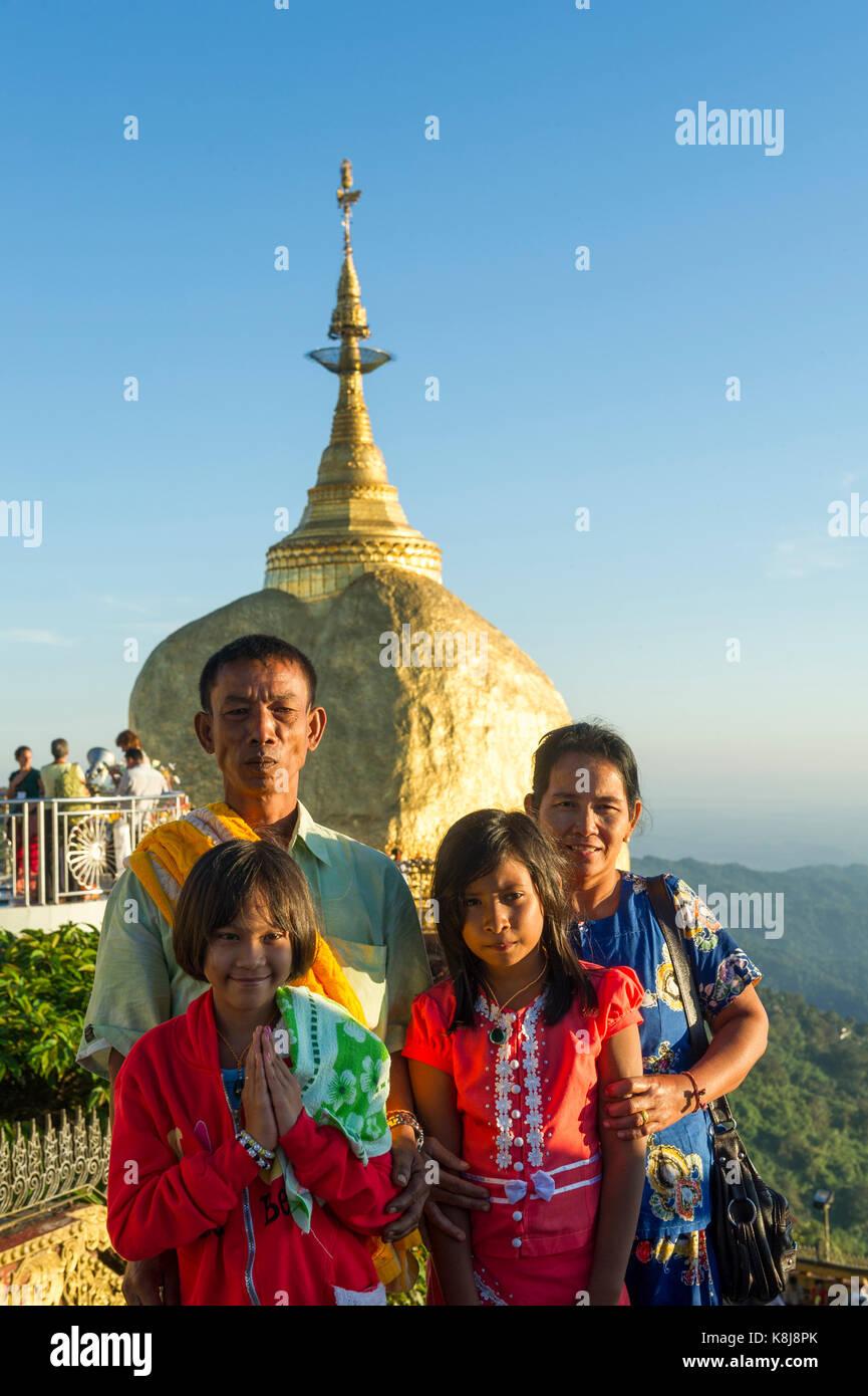 Myanmar (ex Birmanie).  Kyaiktiyo. Etat Mon. Site sacré du rocher d'or. Famille de pélerins birman - Stock Image