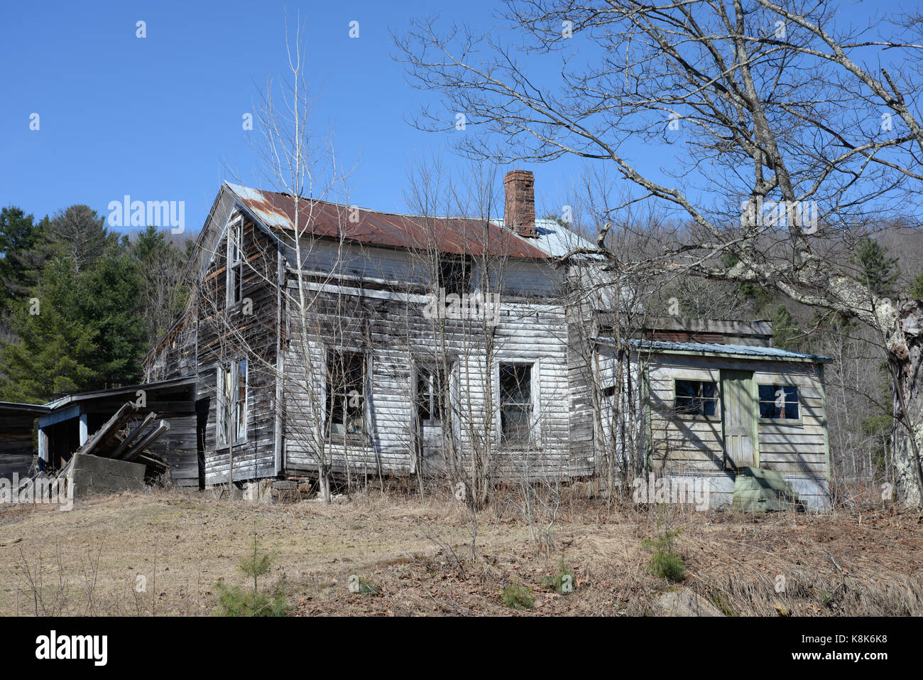 Old abandoned run down falling down house in the country. - Stock Image