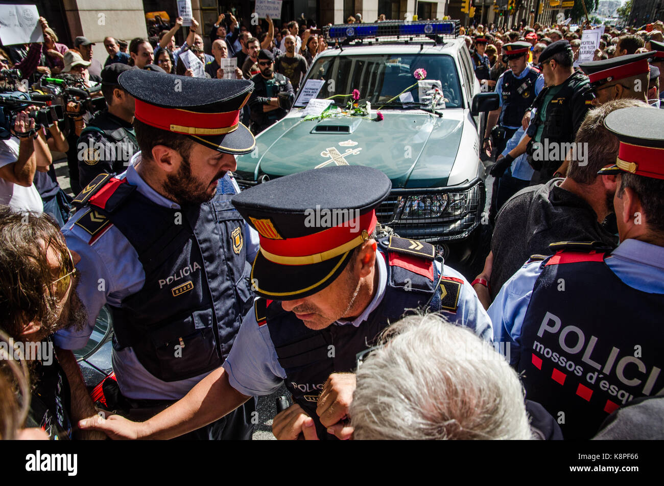 Barcelona, Spain. 20th Sep, 2017. The Catalan police are trying to facilitate the departures of vehicles of the Stock Photo