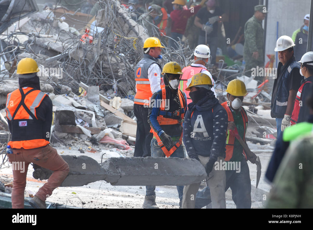 7.1 richter earthquake occurred, where about 225 people died, volunteers continue with rescue work on September - Stock Image