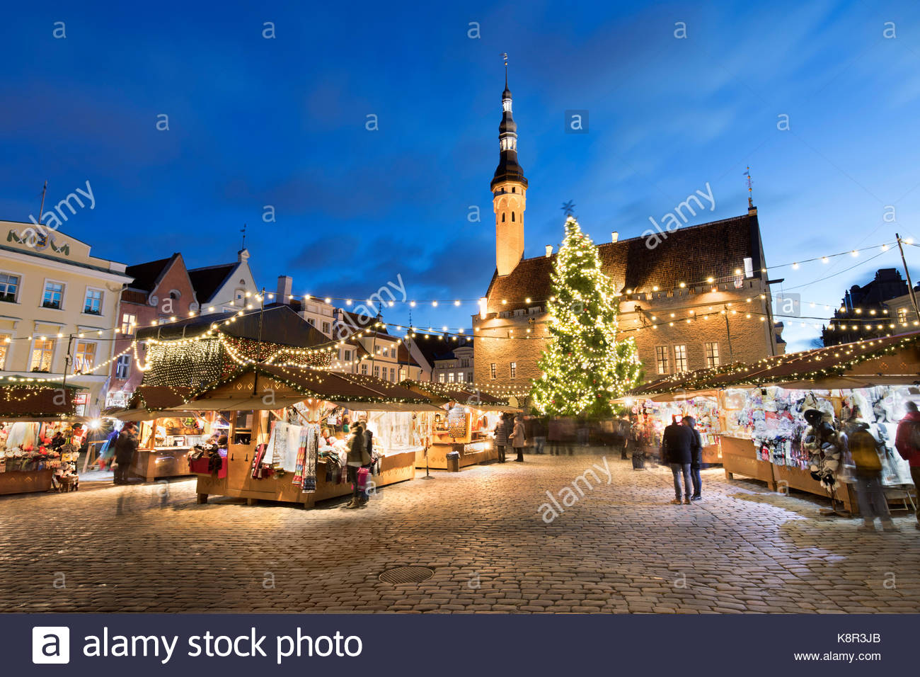 Christmas market in the Town Hall Square (Raekoja Plats) and Town Hall, Old Town, Tallinn, Estonia, Europe - Stock Image